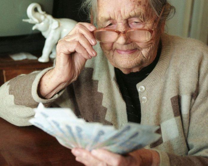 Пенсионерка держит деньги