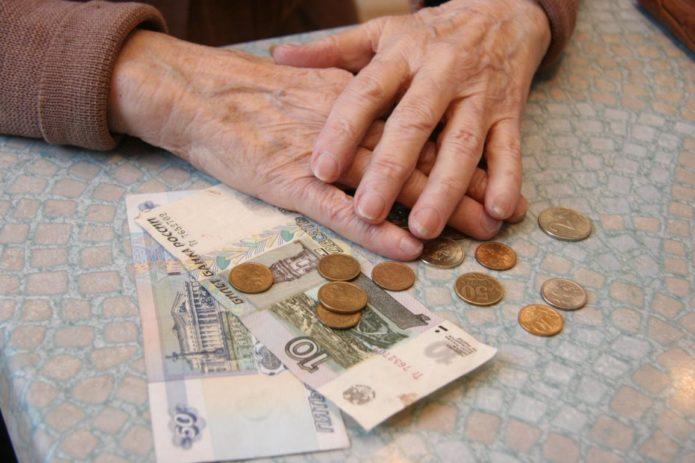 Руки пенсионера и деньги