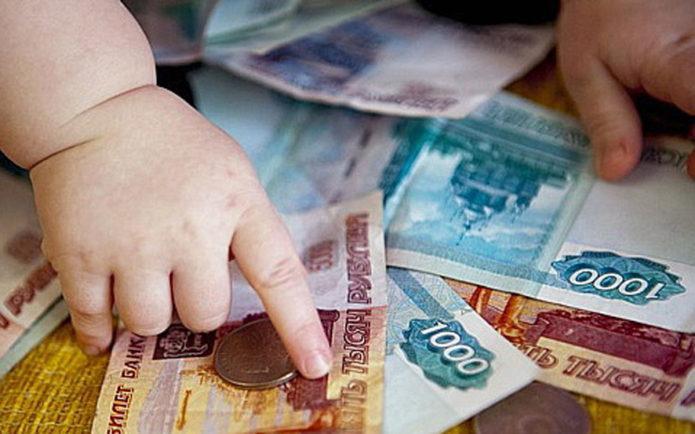 Детские руки на деньгах