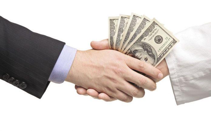 Рукопожатие, при котором передаются деньги