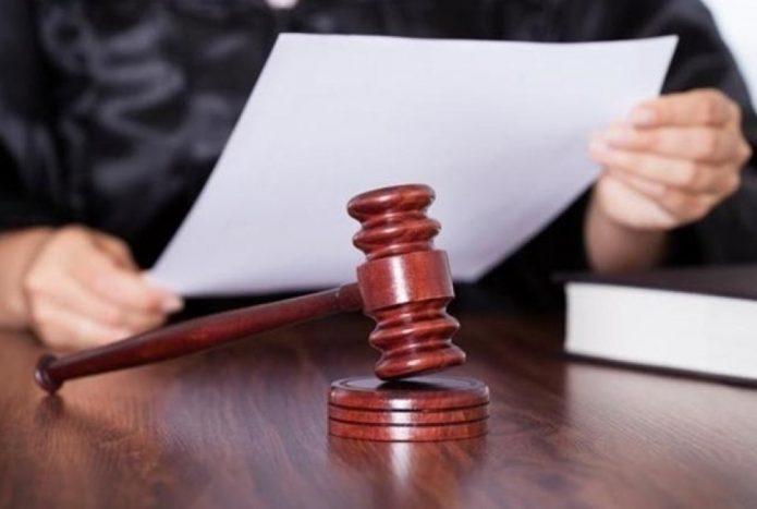 Судья читает бумагу