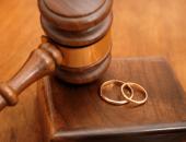 судейский молоток и обручальные кольца