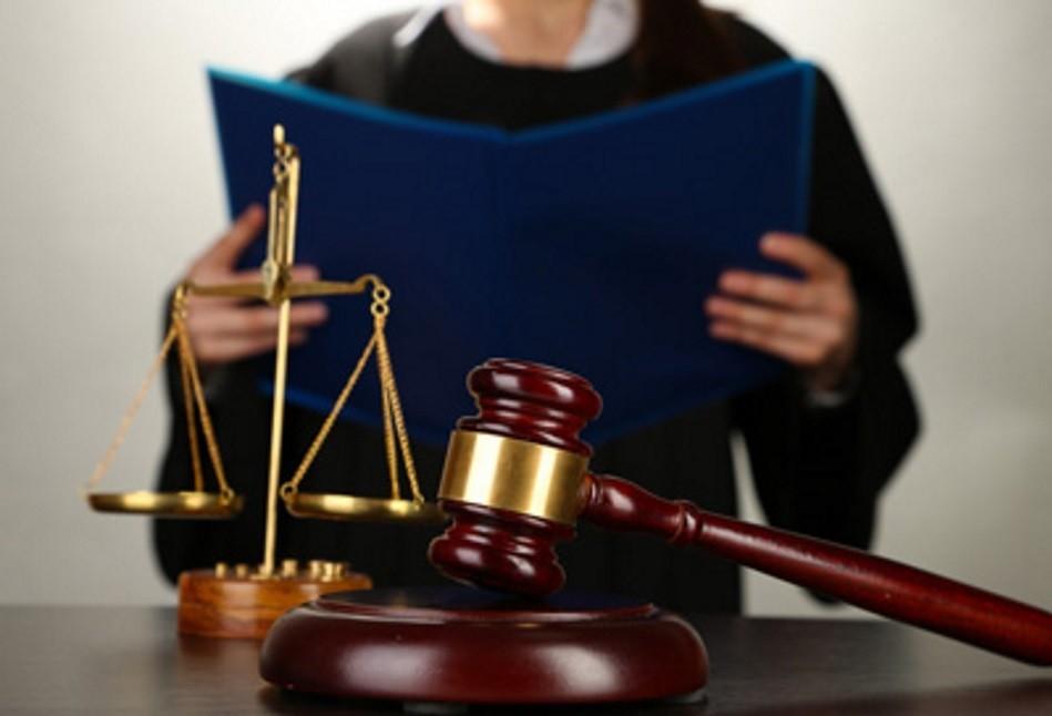 Судья, судейский молоток и весы